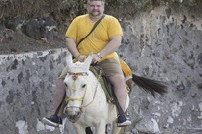En Grecia usan mulas para cargar a turistas obesos porque los pobres burros ya no los soportan