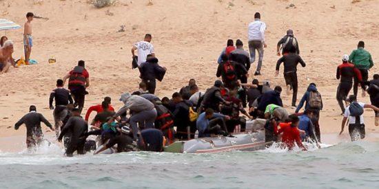 Así desembarca una patera llena inmigrantes en una playa nudista del sur de España