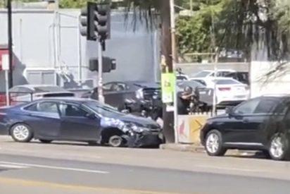 Hombre armado que era perseguido por la Policía se atrinchera así en un local en Los Ángeles