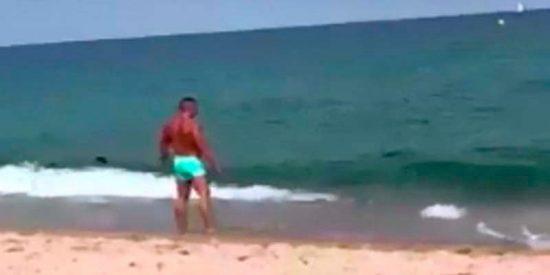 Ni te imaginas lo que hace este tipo en una playa de El Puerto de Santa María