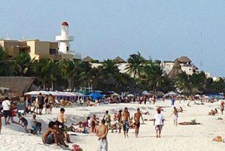 Este enorme socavón surge 'de la nada' a unos metros del mar en Playa del Carmen en México