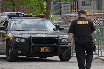 Este policía mata a tiros a un hombre mientras apuñalaba a su pareja