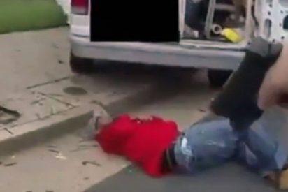 ¡Terrible!: Este policía acribilla a un hombre que lo apuñaló sin motivo en EE.UU
