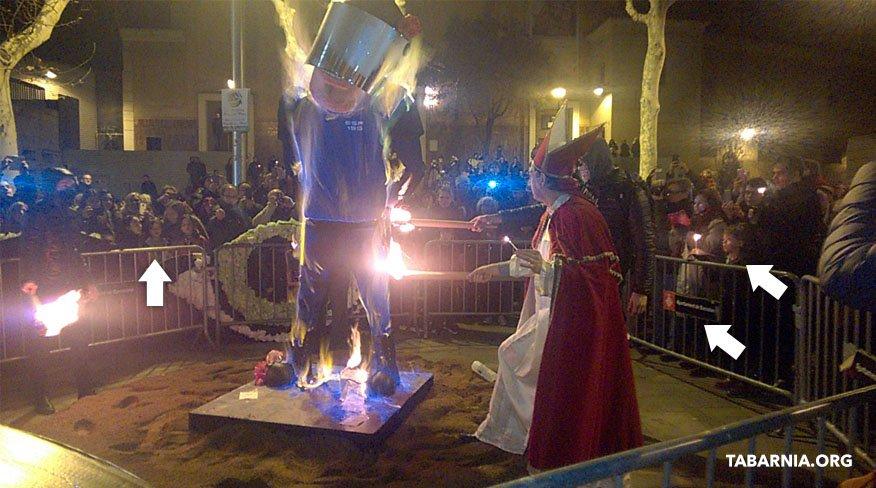La foto que retrata mejor a los separatistas: quemando un muñeco vestido de policía ante unos niños