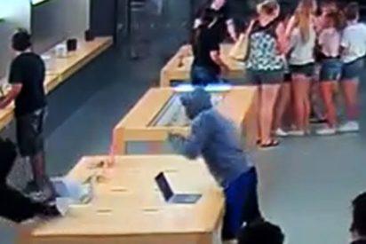 Así roban productos de Apple valorados 27.000 dólares ante la clientela incrédula de una tienda