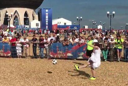 Estas rusas vestidas de novias juegan un partido de fútbol