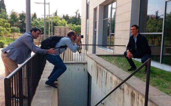 La imagen que mejor define al frívolo de Sánchez: lo único que le importa es el postureo