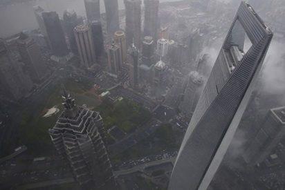 Evacuan a más de 230.000 personas tras tocar tierra el tifón Ampil en Shanghái
