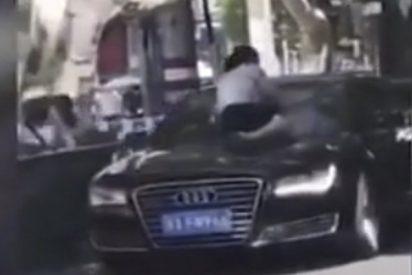 Esta mujer trepa sobre un coche en movimiento para hacerles frente a su esposo infiel y a su amante
