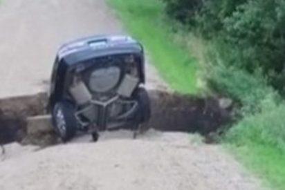 Este enorme socavón en medio del camino 'se traga' a un coche junto a su conductor adolescente