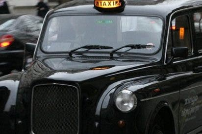 Este taxista saca a un pasajero inconsciente de su coche y lo abandona en la calle