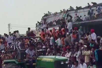 Este tejado de construcción con cientos de personas encima se derrumba durante un evento en India