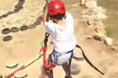 Este instructor de tirolina atemoriza a un niño antes de que se lance