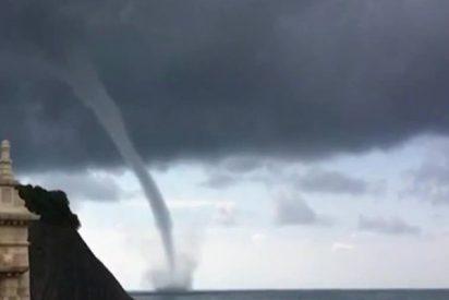 Los turistas de una playa en Rusia son testigos de este potente tornado