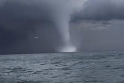 Pescadores filman estos dos tornados a una distancia sobrecogedora en el mar Negro