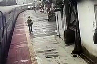 Este tren arrastra a un joven a lo largo de un andén