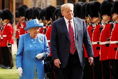 """Trump """"la caga"""" y rompe el protocolo confundiendo mucho a la reina Isabel II"""