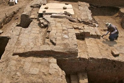 Hallan en Alejandría una misteriosa y enorme tumba con una cabeza de piedra de hace 2.000 años