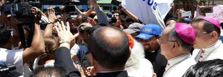 Seguidores del Gobierno de Nicaragua irrumpen en una basílica y golpean a obispos y curas