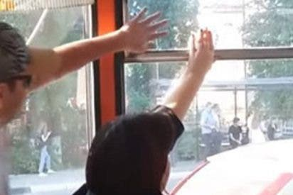 Dos pasajeros luchan sin tregua para vencer : ¿Ventanilla abierta o cerrada?
