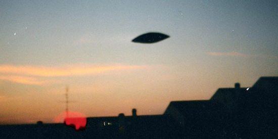 """La controvertida iniciativa para """"tomar por asalto"""" el Área 51 en la que los fanáticos de los ovnis creen que Estados Unidos oculta extraterrestres"""
