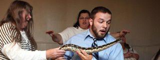 El estremecedor momento del sermón en el que el pastor pentecostal es mordido por una serpiente de cascabel
