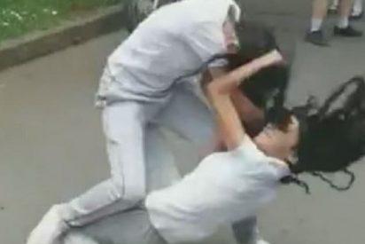Esta brutal pelea entre estudiantes a la puerta del colegio deja a una de las niñas inconsciente, mientras el resto aplaude y graba