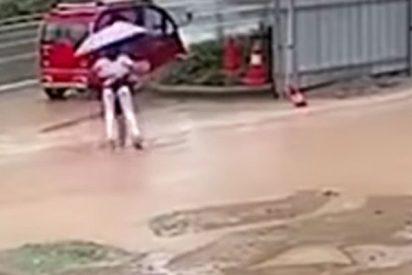 El traicionero charco de agua 'devora' a las dos niñas