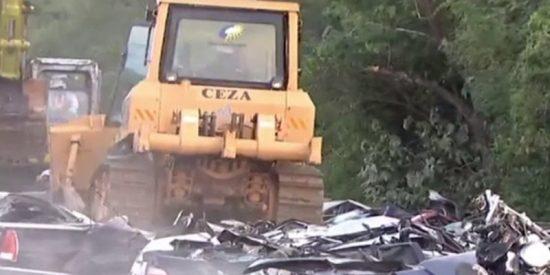 Estos 76 coches y motos de lujo de contrabando son aplastados en Filipinas en presencia de Duterte