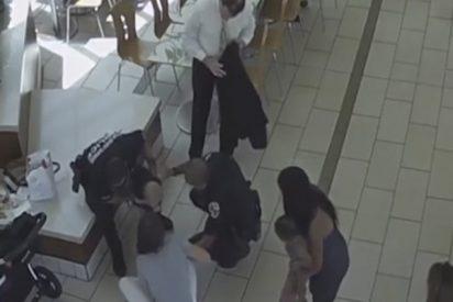 Momento en el que un policía de Florida salva a un bebé que se atragantó con un 'nugget' de pollo