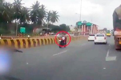 Impacatante: Un bebé circula solo en moto a gran velocidad tras caerse sus padres de ella