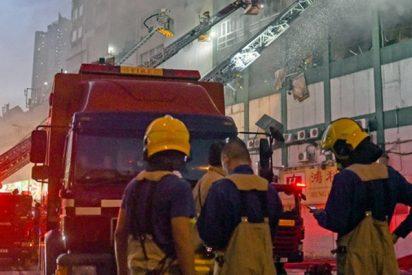 Así arroja una mujer a sus hijos desde un quinto piso antes de morir en un incendio