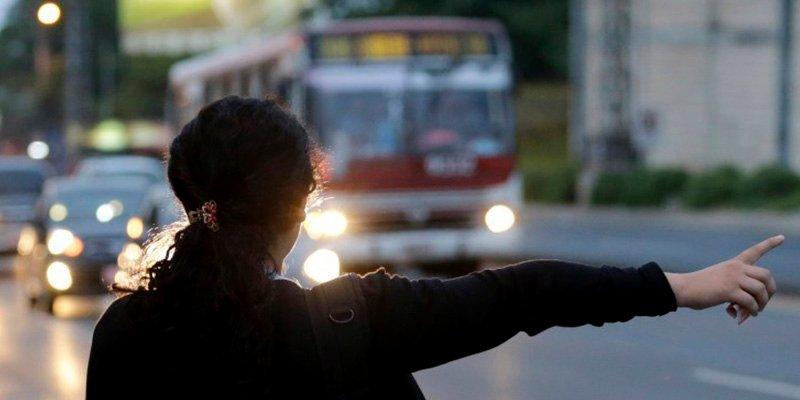 Así fue el delirante viaje en bus que triunfa en Twitter