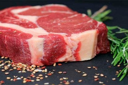 Algunos hombres comen más carne por temor a que les vean como menos viriles si no lo hacen