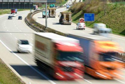 Un objeto metálico de un camión impacta contra un coche y casi mata a la conductora