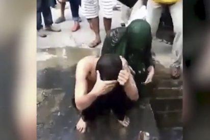 Esta pareja es castigada con una 'ducha de aguas residuales' por tener sexo sin estar casados