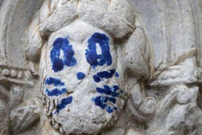 Aparece un graffiti de 'Kiss' en una escultura de la catedral de Santiago de Compostela