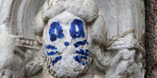 Esta escultura de la fachada de Praterías de la Catedral de Santiago amanece pintada con bigotes