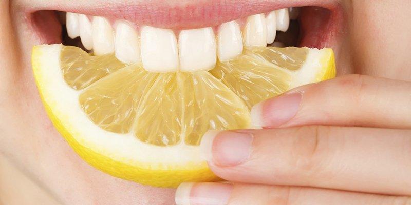 ¿Sabes por qué debemos cortar un limón en 4 partes y ponerlo en nuestra mesita de noche?