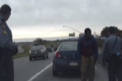Este conductor la emprende a tiros con la policía