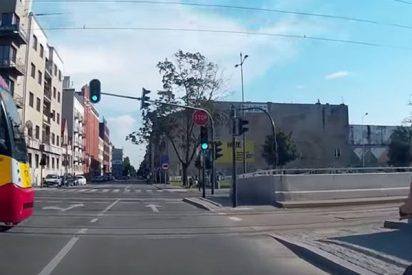 Este ciclista cruza en verde y se estampa contra un tranvía en Polonia
