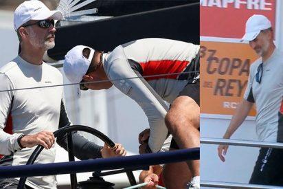 El Rey Felipe se divierte con la tripulación del 'Aifos'