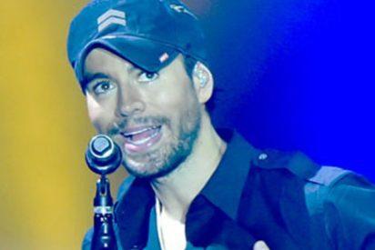 Enrique Iglesias manosea el culo de una fan en pleno concierto