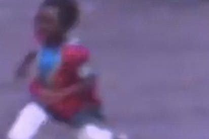 La niña lista escapa justo en el instante en que el ladrón se lleva el coche de sus padres