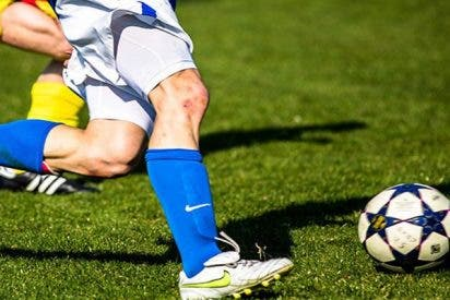 Futbolista peruano propina esta brutal patada directa al cuello de su rival