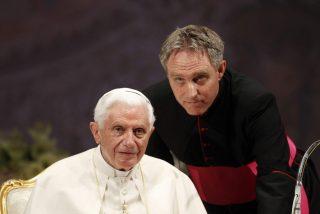 """Gänswein desmonta el relato de que Benedicto XVI apoya las acusaciones de Viganó: """"¡Fake news!"""""""
