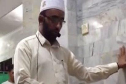 Este imán sigue rezando durante el terremoto en Indonesia