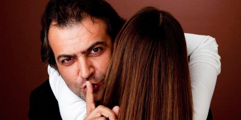 Su marido le es infiel y la echa de la casa; su venganza es genial