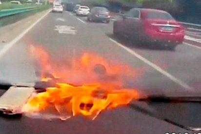 Impactantes imágenes de un iPhone explotando en el interior de un coche en marcha (VÍDEO)