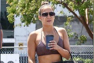 Jennifer Lopez lució sus sexis abs con un atuendo mega ajustadito